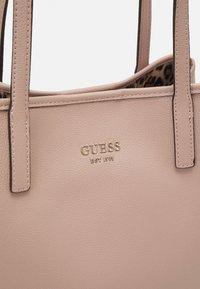 Guess - VIKKY TOTE SET - Handbag - rosewood - 4