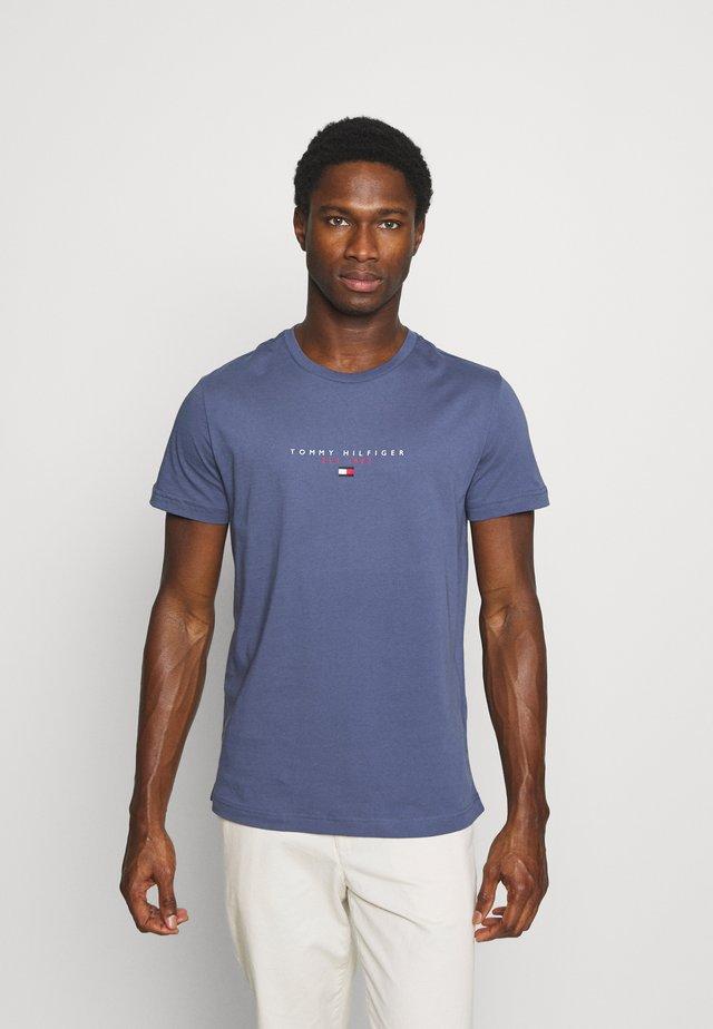 ESSENTIAL - T-shirt z nadrukiem - faded indigo