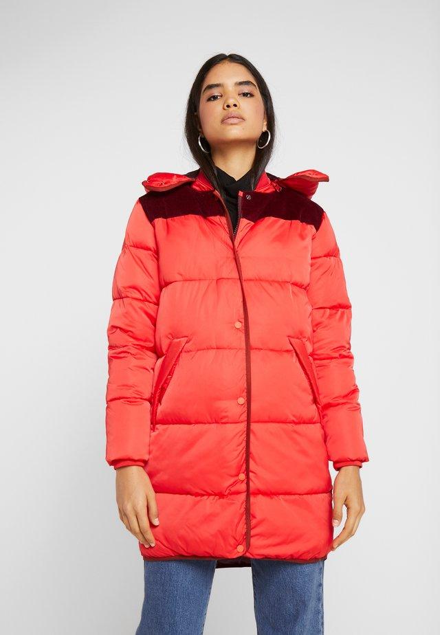 LONG PRIMALOFT JACKET DETACHABLE HOOD AND CONTRAST - Abrigo de invierno - mars red