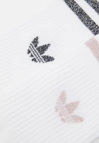 adidas Originals - MID CUT UNISEX 2 PACK - Sokken - white/pink tint - 2