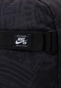 Nike SB - NIKE COURTHOUSE - Batoh - black/white - 3