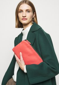 MAX&Co. - DOUBLE - Clutch - bell red/supermarine green - 0
