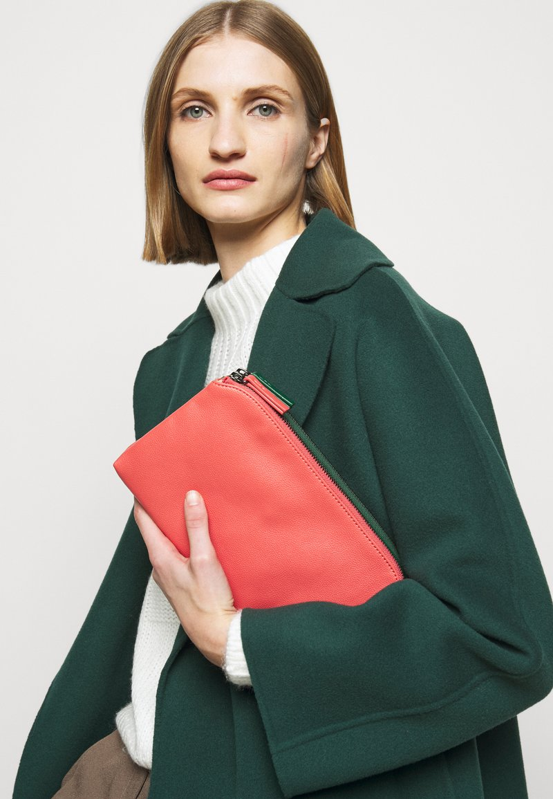 MAX&Co. - DOUBLE - Clutch - bell red/supermarine green