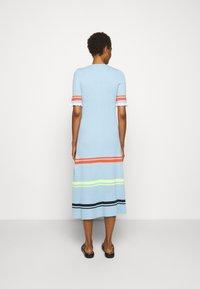 Victoria Victoria Beckham - STRIPE DETAIL SOFT SUMMER DRESS - Sukienka z dżerseju - pale blue - 2