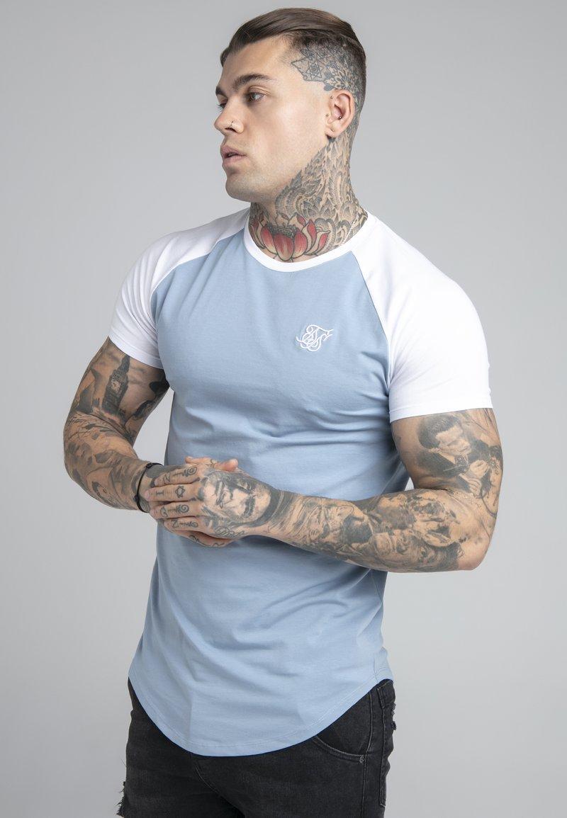 SIKSILK - CONTRAST RAGLAN TEE - T-Shirt basic - faded denim/white