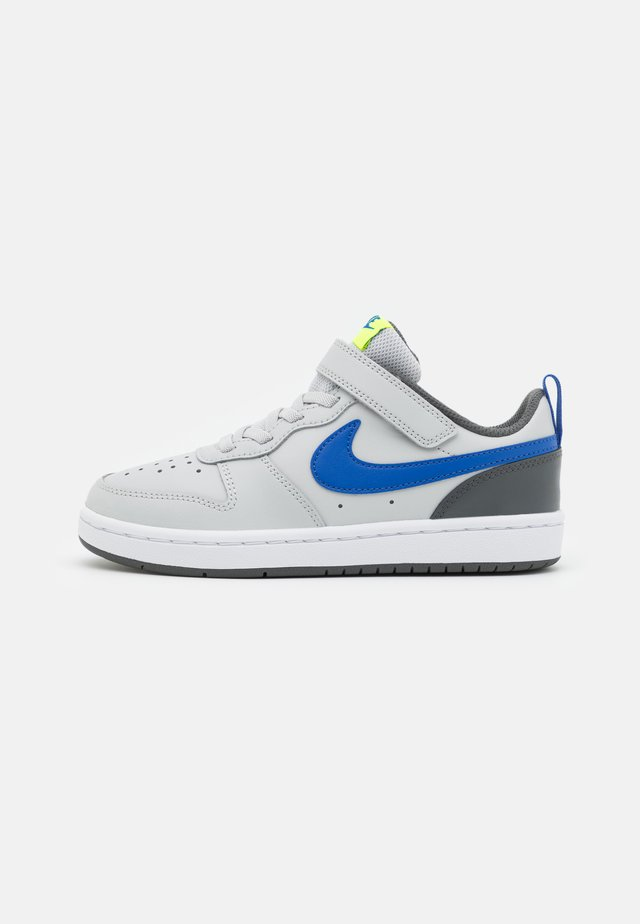COURT BOROUGH 2 UNISEX - Trainers - grey fog/game royal/iron grey/volt