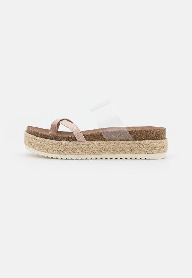 CASE - Sandály s odděleným palcem - blush