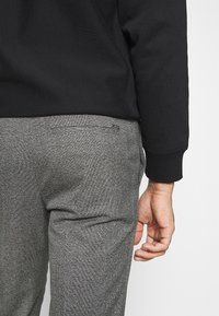 Calvin Klein Tailored - MOULINE GRID TAPERED PANTS - Trousers - khaki - 4