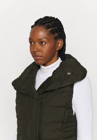 Didriksons - MY VEST - Waistcoat - forest green - 4