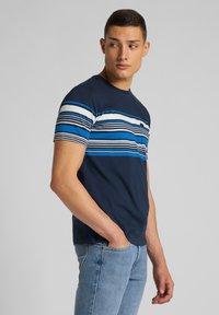 Lee - STRIPY PKT - Print T-shirt - navy - 3