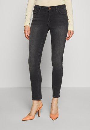 SALLY CROPPED THINKTWICE - Slim fit jeans - black denim