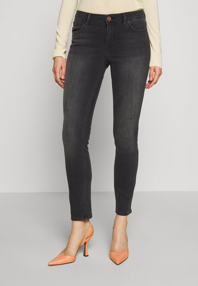 SALLY CROPPED THINKTWICE - Jeans slim fit - black denim