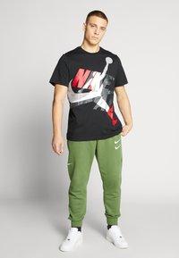 Jordan - SS CTN JM CLASSICS - T-shirt con stampa - black/white/gym red - 1