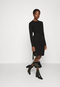 Vila - VIWULVA TIE BELT DRESS - Abito in maglia - black - 1