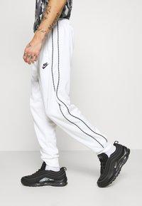 Nike Sportswear - REPEAT - Teplákové kalhoty - white - 3