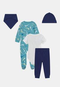Nike Sportswear - SWOOSHFETTI PARADE SET UNISEX - Print T-shirt - blue void - 1
