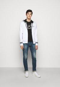 EA7 Emporio Armani - T-shirt med print - black/white - 1