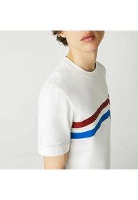 Lacoste - Print T-shirt - blanc/rouge/bleu - 3