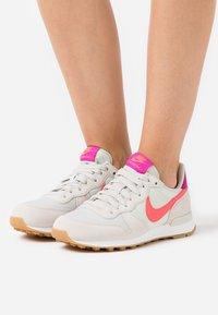Nike Sportswear - INTERNATIONALIST - Sneakers laag - light bone/flash crimson/cactus flower/summit white/light brown - 0