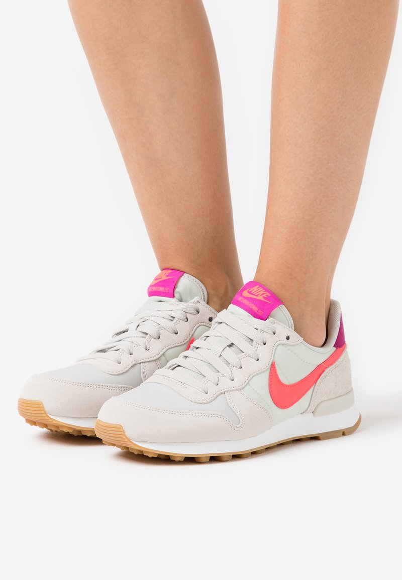 Nike Sportswear - INTERNATIONALIST - Sneakers laag - light bone/flash crimson/cactus flower/summit white/light brown