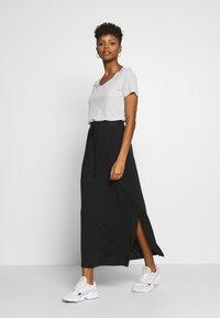 Vero Moda - VMAVA ANCLE SKIRT  - Maxi sukně - black - 1