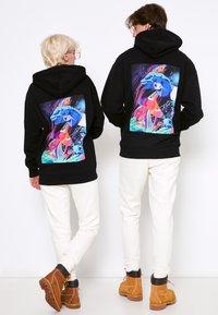 AS IF Clothing - PSYCHODELIC LABEL UNISEX - Sweatshirt - black - 2