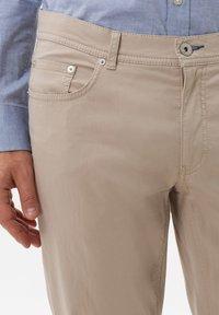BRAX - STYLE COOPER FANCY - Pantalon classique - beige - 3