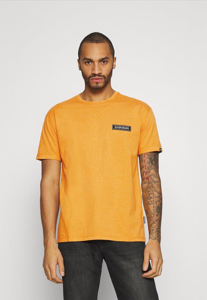 Napapijri The Tribe - PATCH UNISEX - Print T-shirt - yellow solar