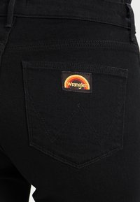 Wrangler - Flared Jeans - retro black - 5