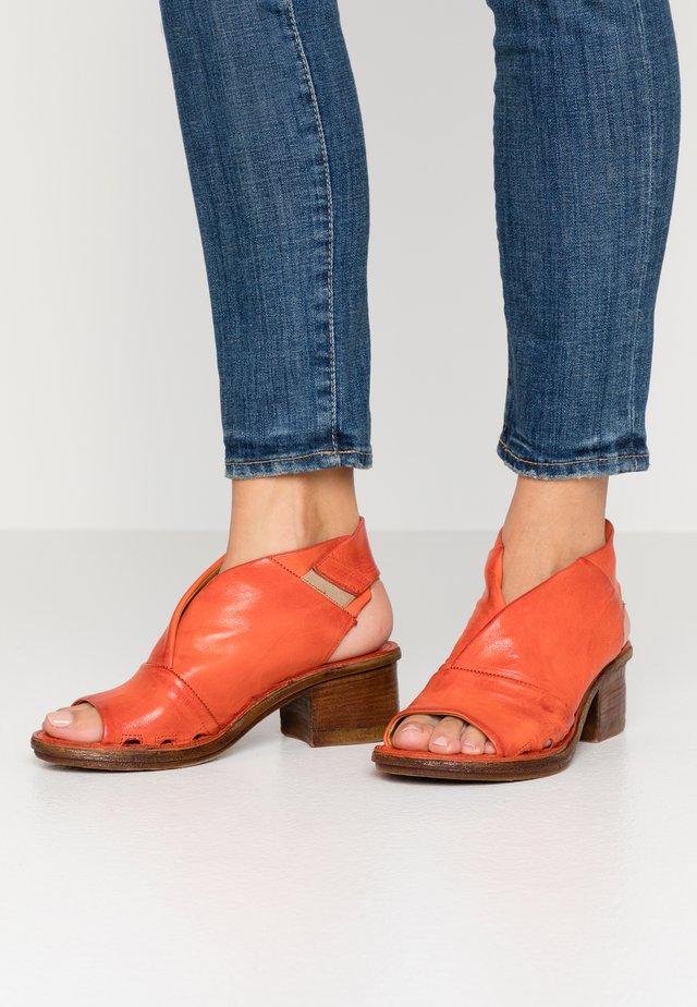 Sandały z cholewką - corallo