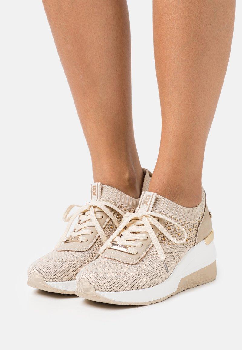 XTI - Sneakers laag - beige