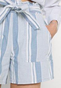 Vero Moda - VMAKELA CHAMBRAY PAPERBAG  - Shorts - light blue denim/white - 3