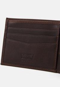 Levi's® - CASUAL CLASSICS HUNTE COIN BIFOLD BATWIN - Wallet - dark brown - 4