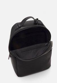 Calvin Klein - ROUND UNISEX - Batoh - black - 2
