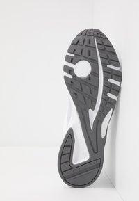 Reebok - PHEEHAN - Obuwie do biegania treningowe - white/grey/cold grey - 4