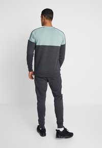 Gym King - CREA TRACKSUIT BOTTOMS - Pantalones deportivos - charcoal marl/green mist/white - 2