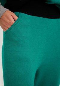 Finn Flare - Tracksuit bottoms - green - 2