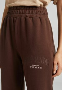 Bershka - MIT PRINT - Pantaloni sportivi - brown - 3