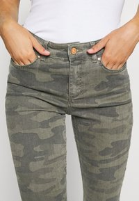 ONLY - ONLBLUSH LIFE MID RAW CAMO - Jeans Skinny Fit - deep lichen green/grape leaf - 3
