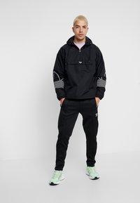 adidas Originals - OUTLINE - Cortaviento - black - 1