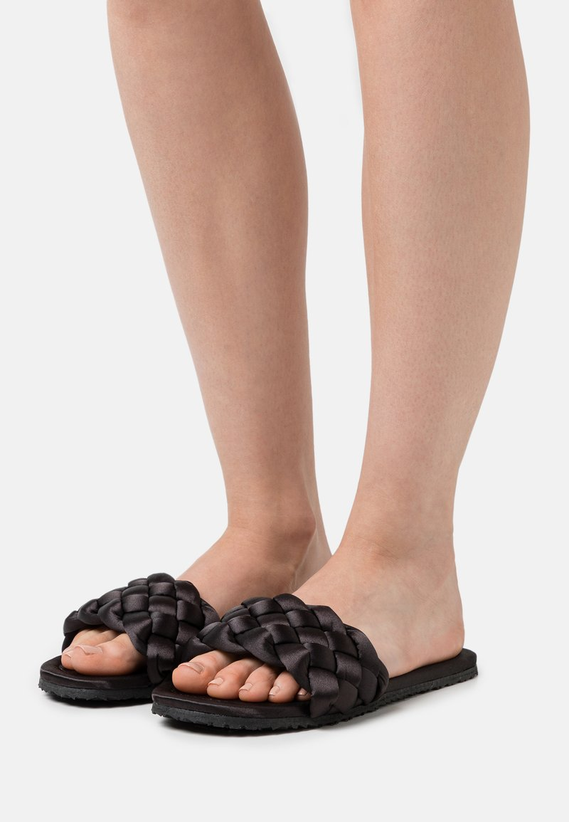 L37 - WELCOME HOME - Slippers - black
