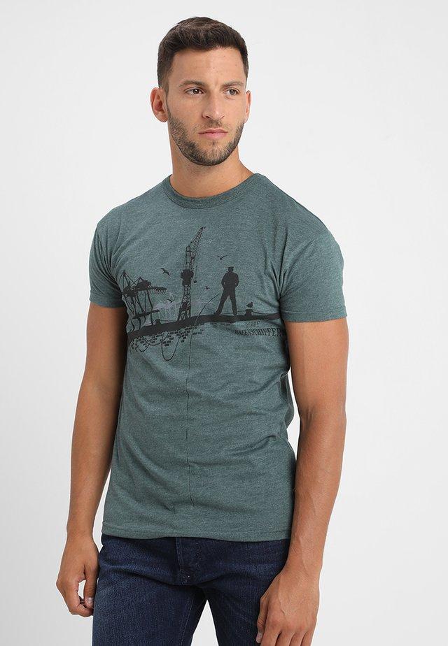 HAFENSCHIFFER - Print T-shirt - green gables