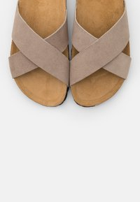 ONLY SHOES - ONLMADISON SLIP ON - Pantuflas - beige - 5
