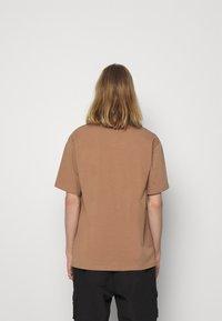 Sixth June - BARCODE TEE - Printtipaita - brown - 2