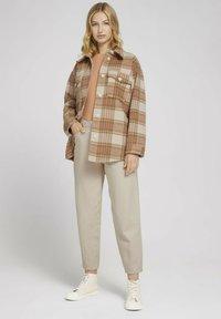 TOM TAILOR DENIM - CHECKED OVERSHIRT - Summer jacket - camel rose check - 1