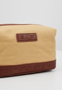 Burton Menswear London - WASH BAG - Necessär - brown - 2