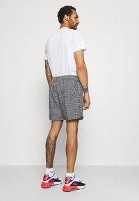 Nike Sportswear - FLOW GRID - Shorts - black/white - 2
