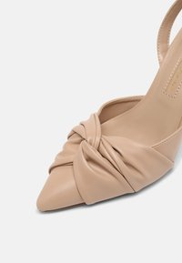 Dorothy Perkins - DELIGHT BOW FRONT COURT - Classic heels - camel - 7