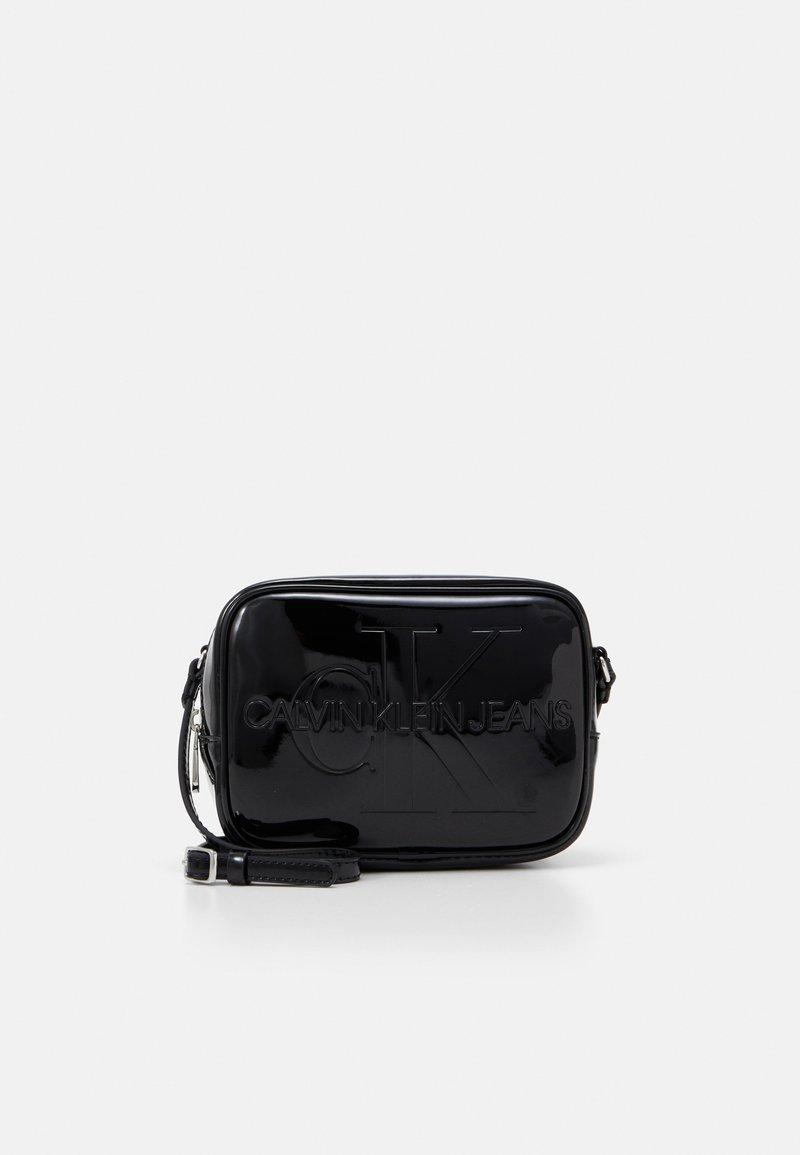 Calvin Klein Jeans - CAMERA BAG PATENT - Sac bandoulière - black