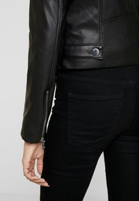 Guess - KHLOE JACKET - Giacca in similpelle - jet black - 4
